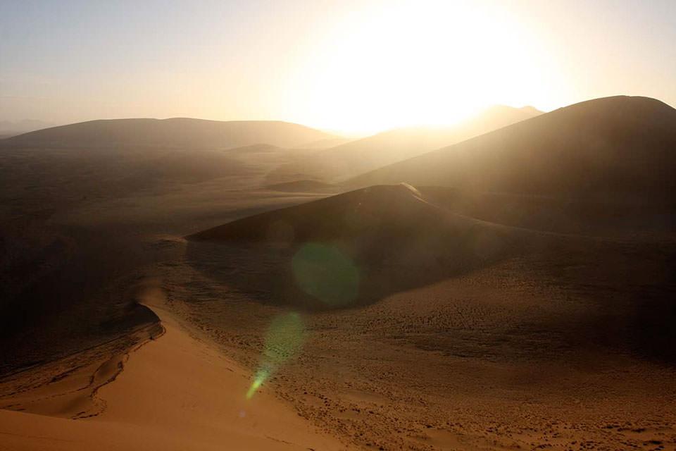 見渡す限りの大砂丘から昇る朝日。そのスケール&開放感に感動!