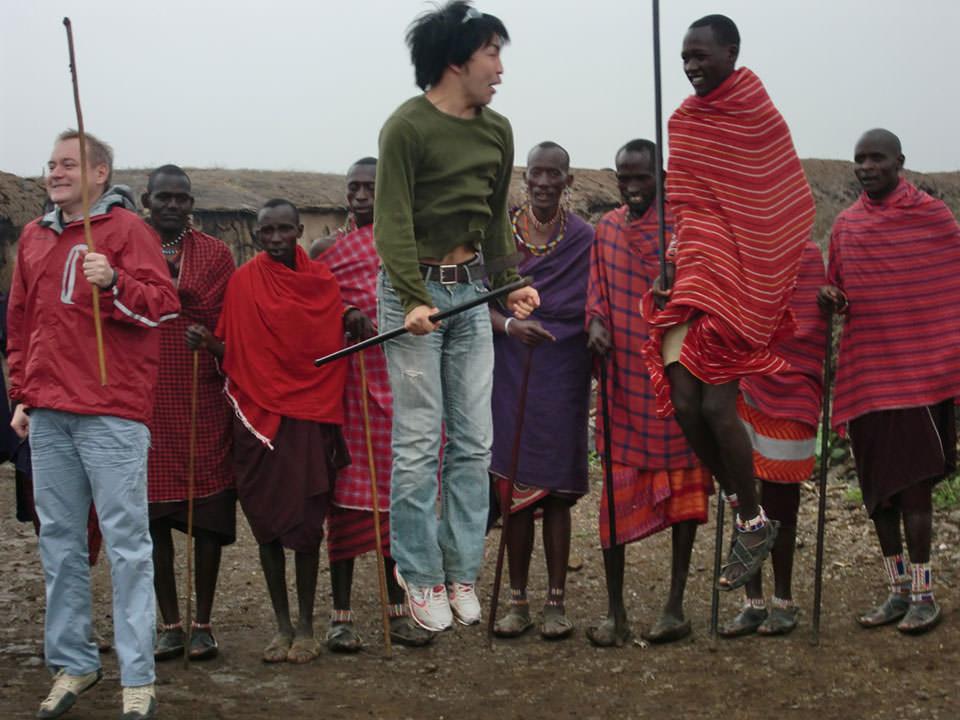 念願マサイ人とジャンプ競争!奥さんを沢山もらえると誉められる