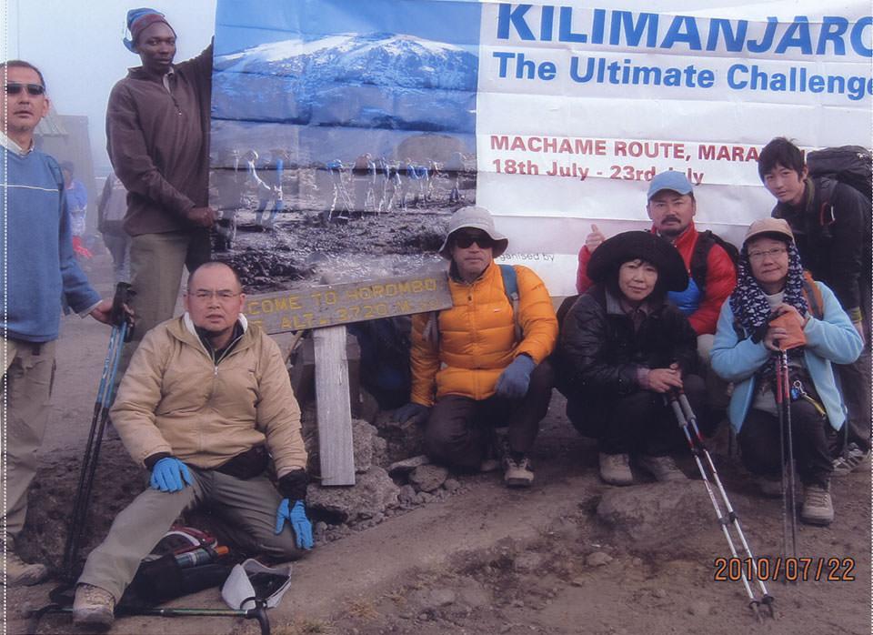 入山5日目の下山日、ホロンボハットでメンバー全員の記念撮影。残念ながら私だけ5,300M迄の未登頂でした。