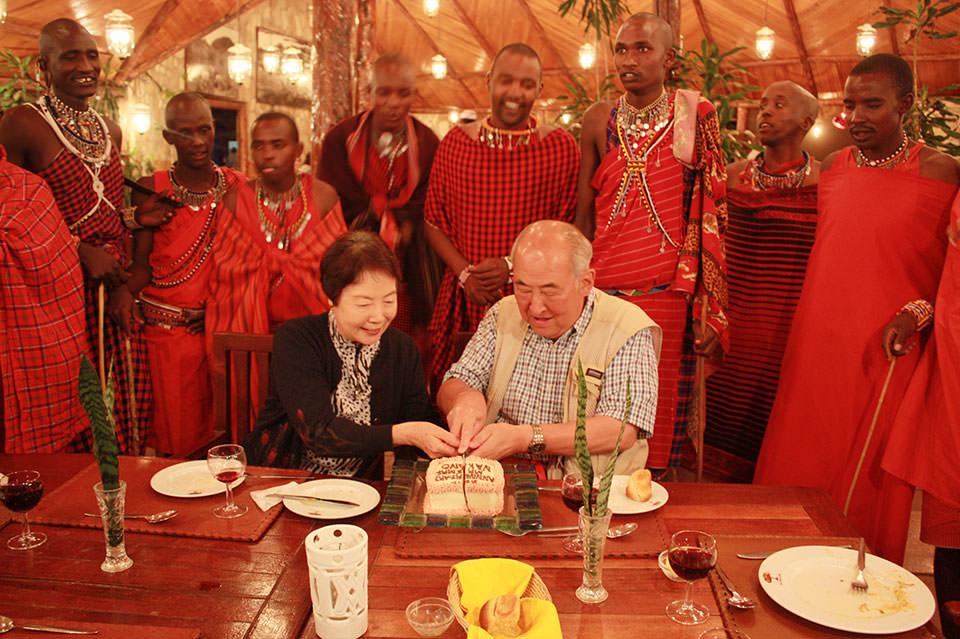 今年めでたく金婚式を迎えられた、中野様ご夫妻。マサイの人達にも祝福されて、結婚50年目のケーキ入刀。