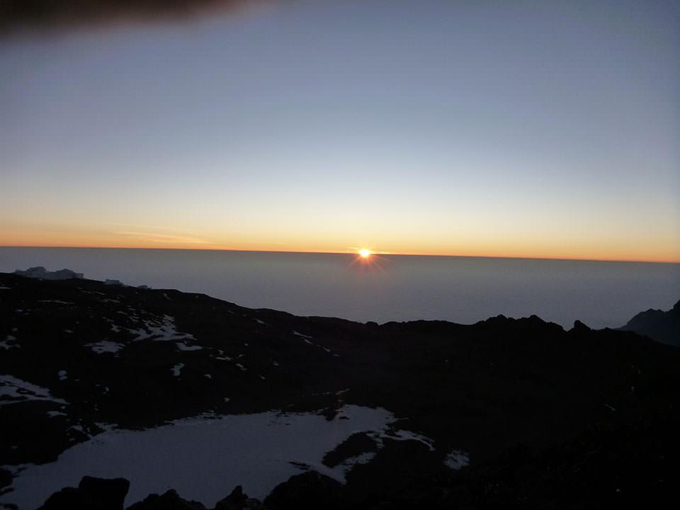 初アフリカ大陸、キリマンジャロ山頂に立つことが出来ました。