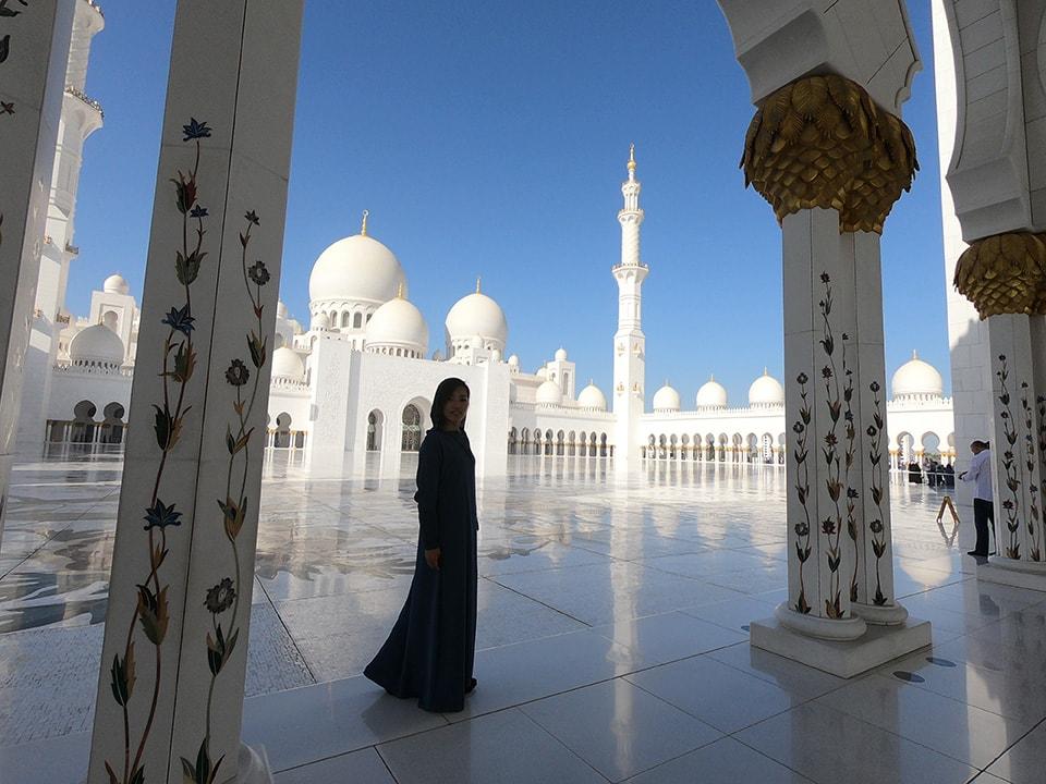 ドバイからちょっと足を伸ばしてアブダビのシェイクザイードモスクへ。一面真っ白の美しい世界。イスラム教の文化にも触れることができました。