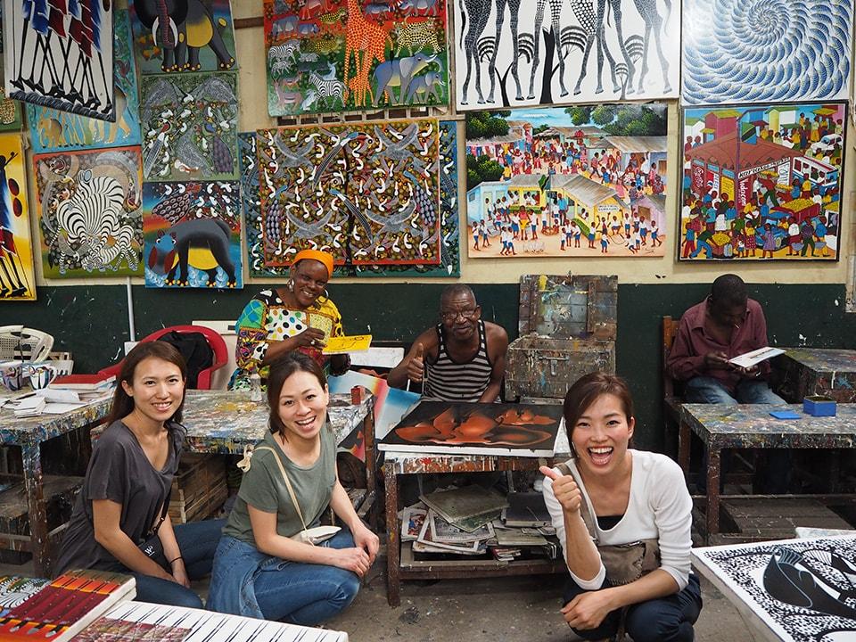ダルエスサラームで1泊。ティンガティンガ派という絵が有名と担当の方に教えてもらい行ってみました。みんな「ジャンボ」と笑顔で出迎えてくれて、素敵な絵も買えて、大満足。