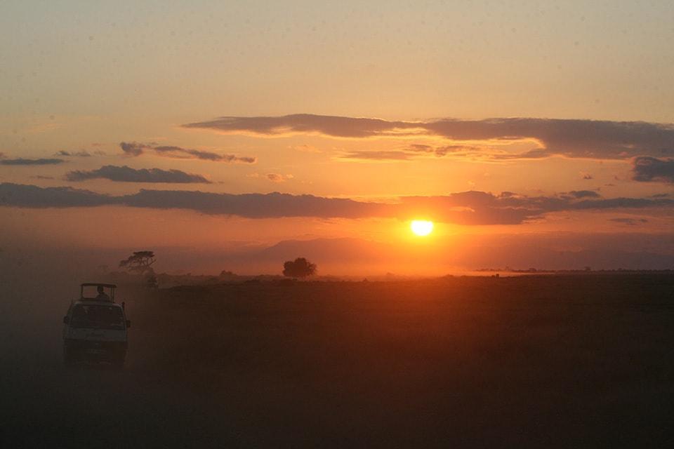 雨季のケニアで思いがけず素晴らしい夕日を見ることができました。あっと言う間に落ちてしまう夕日をカメラがとらえた瞬間です。