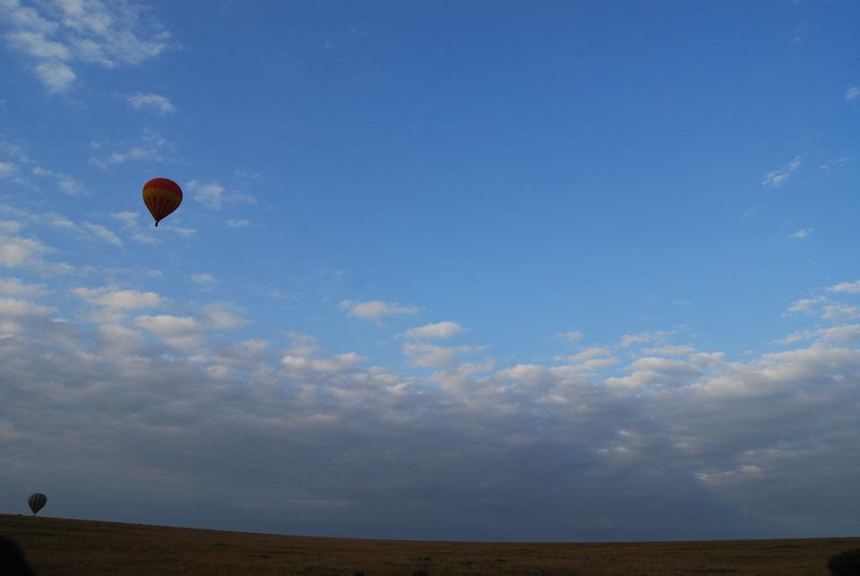 私たちのバルーン以外に15基近く飛んでいました 飛行の高低がゆっくりと変わり、他の基を見るのも醍醐味です