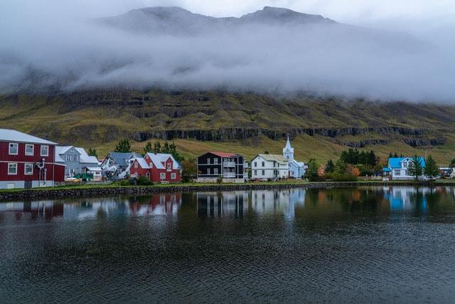 フィヨルドの奥に佇む美しく小さな村にも立ち寄りました。