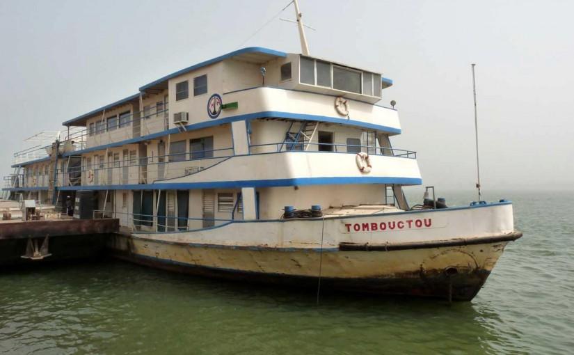 アフリカの川をのんびり船旅
