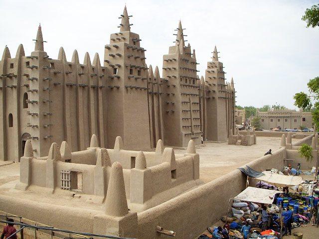 毎年修復される、西アフリカのマ...