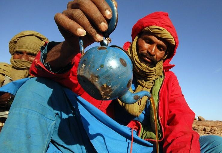 北アフリカ、サハラ砂漠で飲まれる伝統的なミントティー
