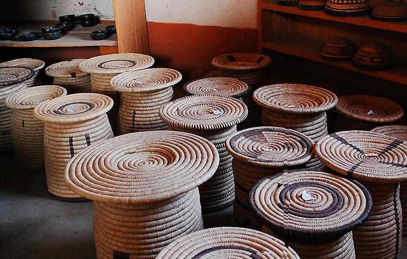 アフリカ、北部カメルーン「ジングリヤ」の草で編んだ工芸品