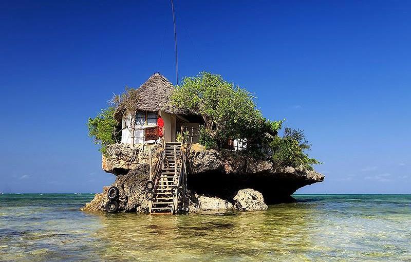タンザニア、ザンジバル島にある海の上のレストラン 「ザ・ロック」