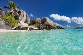 世界で最も美しいビーチの一つといわれる「アンス・スース・ダルジャン」