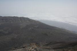 流れ出した溶岩流は、その年代により色が異なり識別できる。山の上からは、溶岩流により、クレーターの壁を押し流し、海まで到達した様子が観察できる。