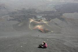 西側斜面は、富士山の砂走りのようになっているが、一つ一つの溶岩石の粒は大きい。