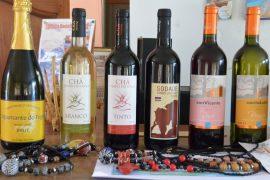 フォゴ島はワインの名産地。時期が合えば、ぶどうの収穫作業も見る事ができます(写真は8月の同ツアーのものです)。その昔、フランスの侯爵がこの地を訪れ、移り住み、ぶどうの苗木を輸入し、ワイン造りを開始したそうです。町の小さな工場でワインが生産されています。良質のワインを購入する事もできます。