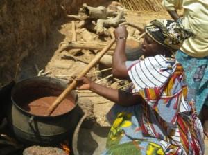 鍋の中でこね回し、熱を加えることで油分との分離をしやすくする