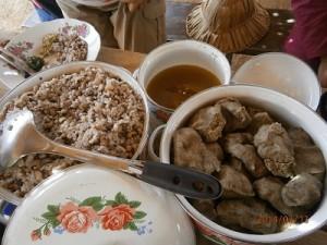 作りたてのシアバター&豆ご飯の昼食