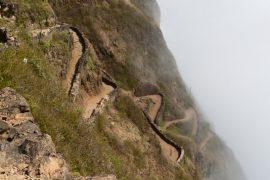 「雲海に潜る龍の小径」とでも形容したくなるような風景です。