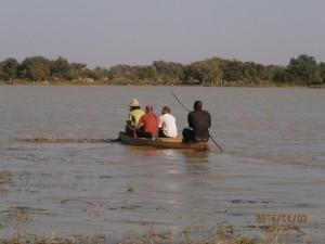 デム湖で手作りボート乗り
