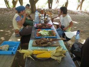湖畔でバーベキューの昼食