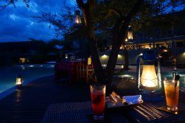 プールサイドでロマンチックディナー