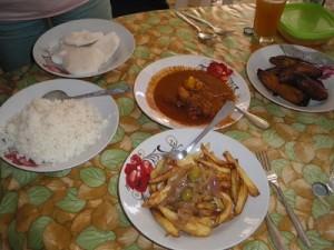 首都のワガドゥグで、地元の大衆レストランでの食事
