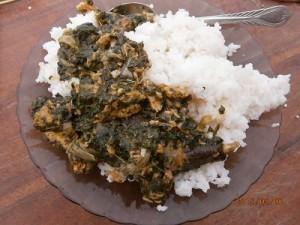 魚とチキン入りモリンガ葉の伝統的シチュー
