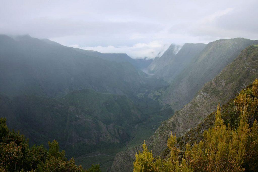 島の中央は、至る所に深い渓谷が見られます