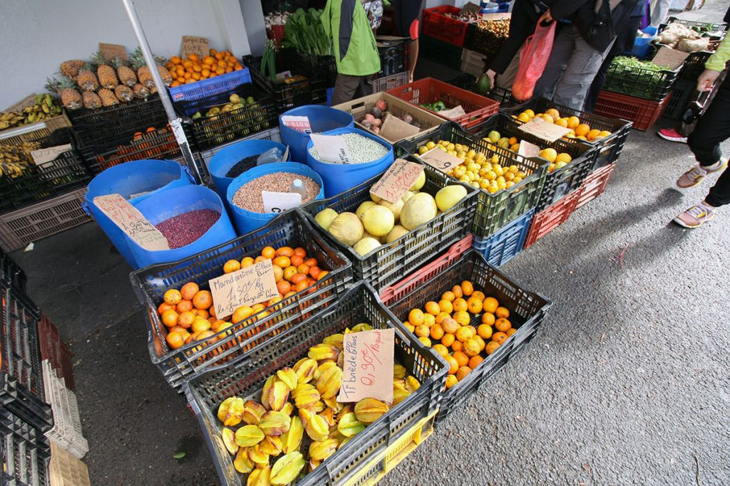 日本では見慣れない果物も並びます
