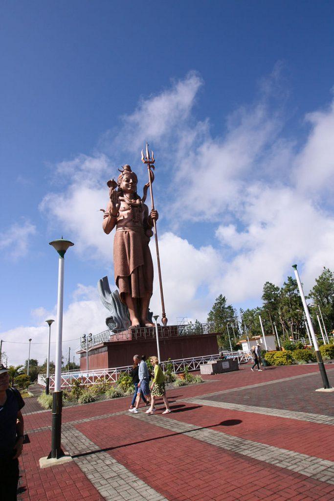 巨大なシヴァ神の像