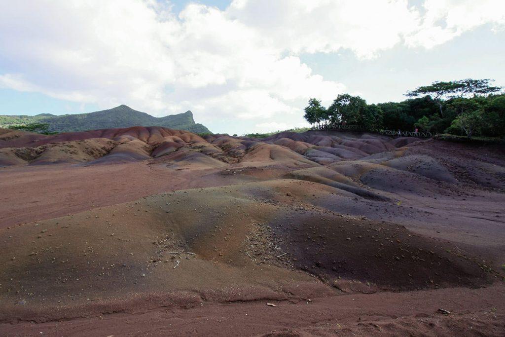 溶岩に含有される成分の違いにより色が変わる七色の大地