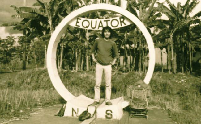 '77年、ウガンダ。赤道のモニュメントで記念撮影