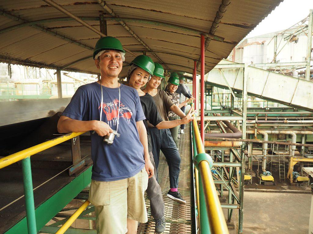 ヘルメットをかぶり、安全靴を履いての製糖工場見学