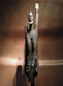 ドゴン族(マリ)両性具有の立像 10~11世紀 210×37×22cm この立像はHelen&Philippe Leloupさんの協力とAXA財団の援助によりフランス政府が取得したものである。 (Musee du Quai Branly)