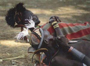 枕を使って横になるカロ族の男達(エチオピア)