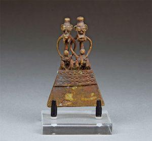 ①人物像のペンダント(セヌフォ族)