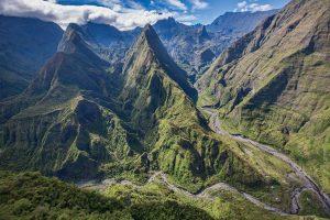 ガレ川が削った谷と針峰が立ち並ぶ、マファテの圏谷