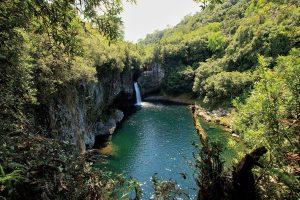 滝壺で泳ぎ、その水を飲むこともできるアルク・アン・シェル滝
