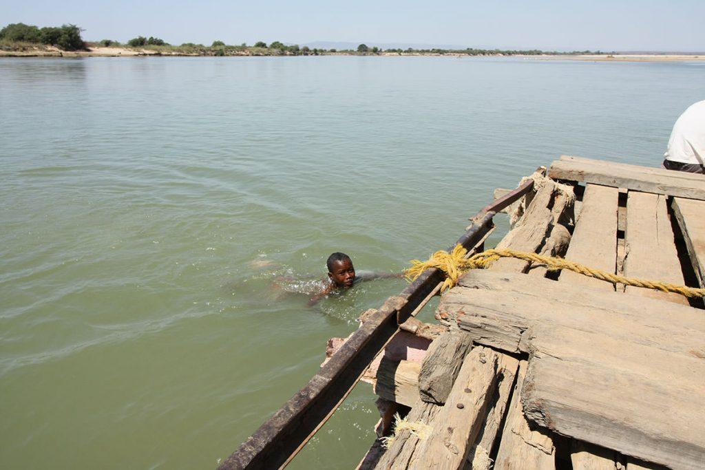 川で遊んでいる男の子