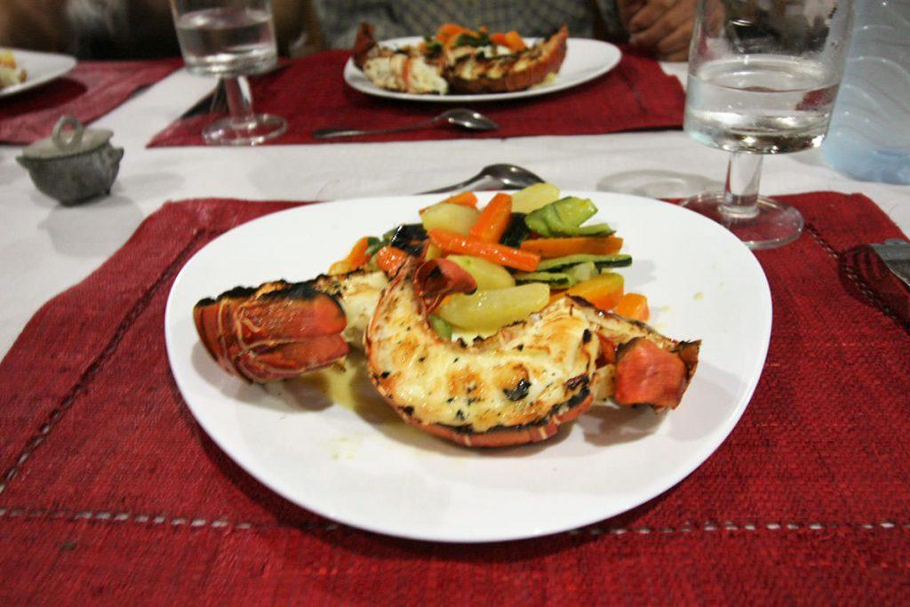 夕食は、豪華に伊勢エビ!海辺の宿泊地では、美味しい海産物をたくさんいただきました。