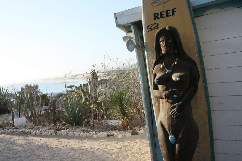 波が高くサーフィンのために訪れる人が多いそう。