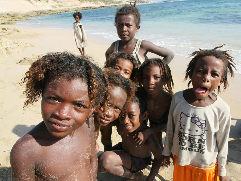 ホテルの目の前の海岸で遊ぶ子供達。