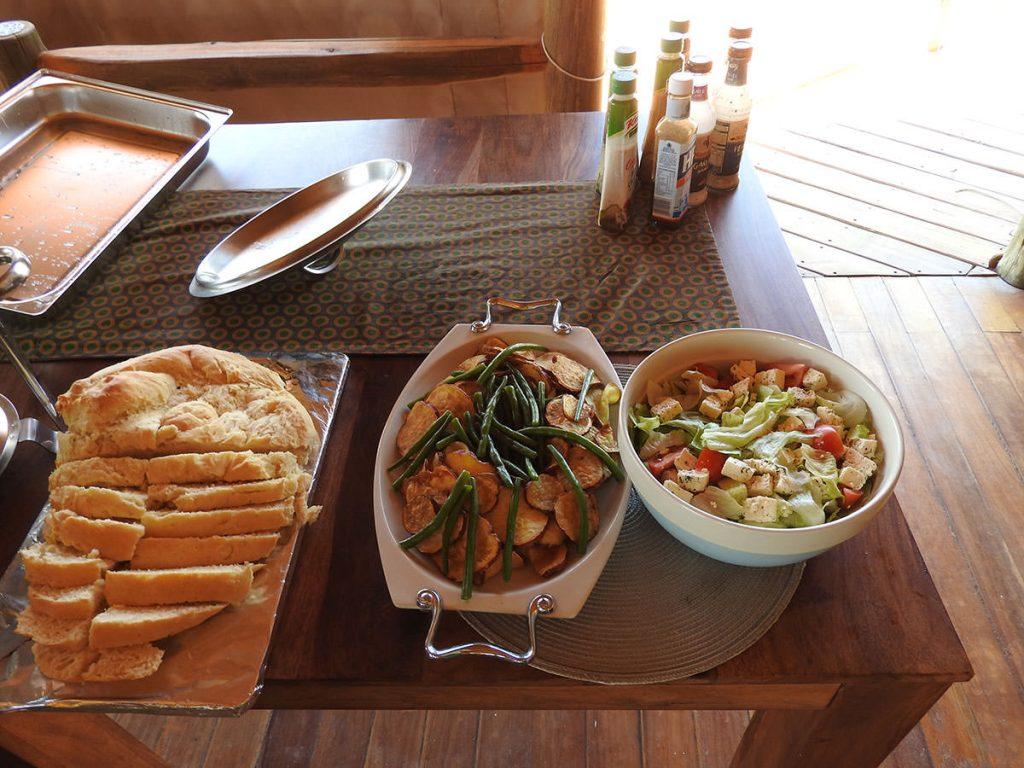ロッジの食事はスープがサーブされ、メインディッシュやチーズ、デザート、コーヒー、紅茶はセルフサービスでした。味付けは結構好評でした。
