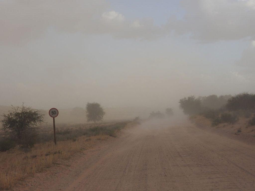 大晦日前日の午後は砂嵐風の風が吹きました。時速50kmで走ってると無風状態です。窓がないのでホコリは入り放題です。