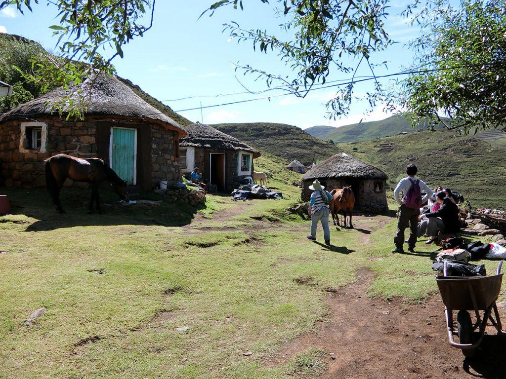 ようやく、今夜の宿、山間にある村の1つに到着。