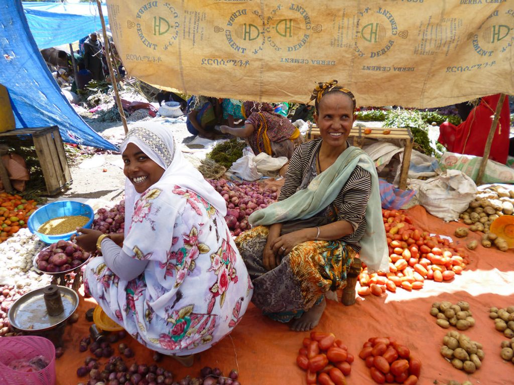 こちらはエチオピアで2番目に大きいマーケットにて。(バチの月曜市)。野菜や果物など基本量り売りです。