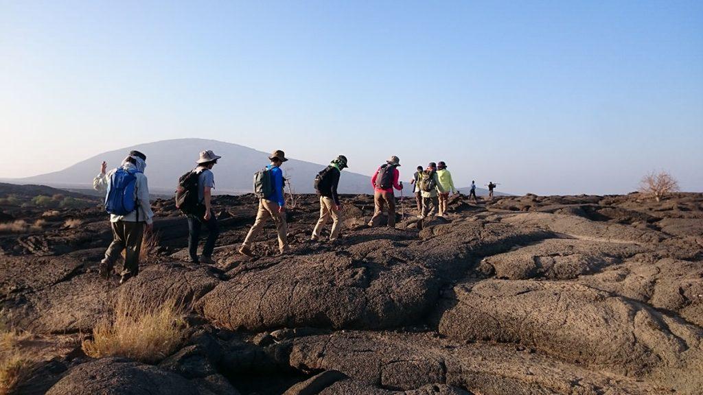 日が昇ると気温が高くなるため、できるだけ涼しい時間帯に下山を行います。登るときは辺りが暗く、足元だけを照らしていますが、明るくなると溶岩が流れ出たことがわかる溶岩台地が現れてきます。
