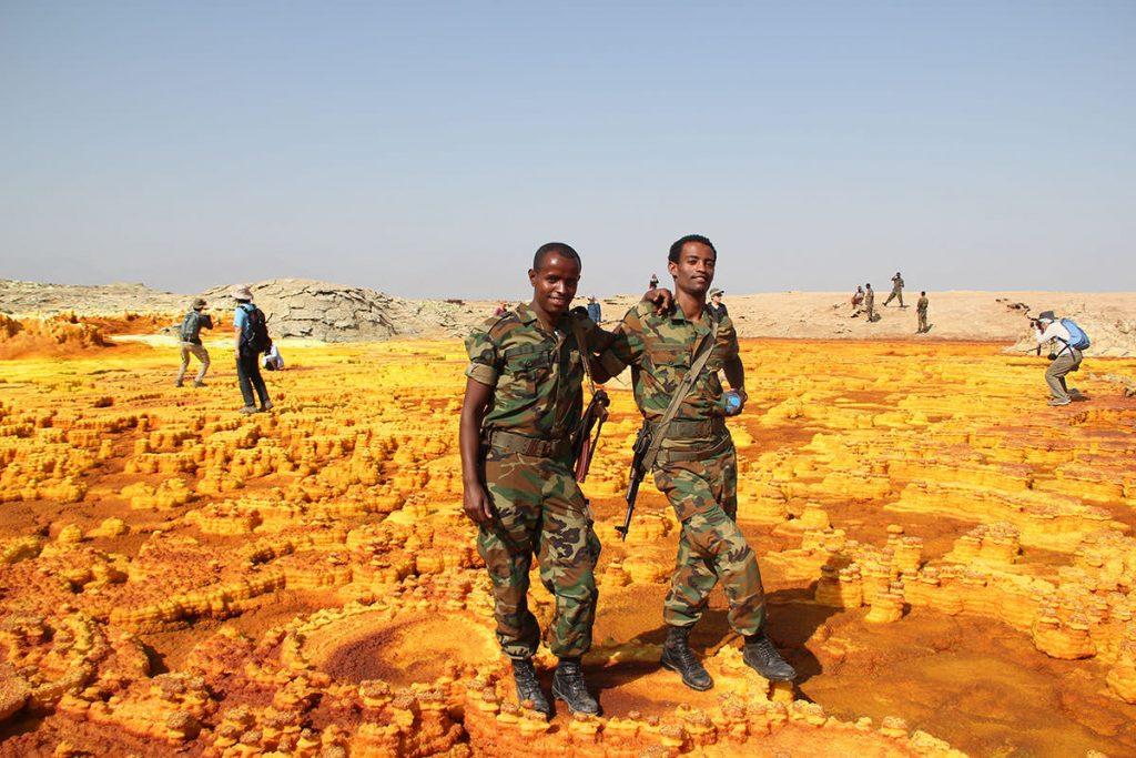 エリトリアに近いエリアのため、軍人の方々が警備してくれます。決めポーズ!
