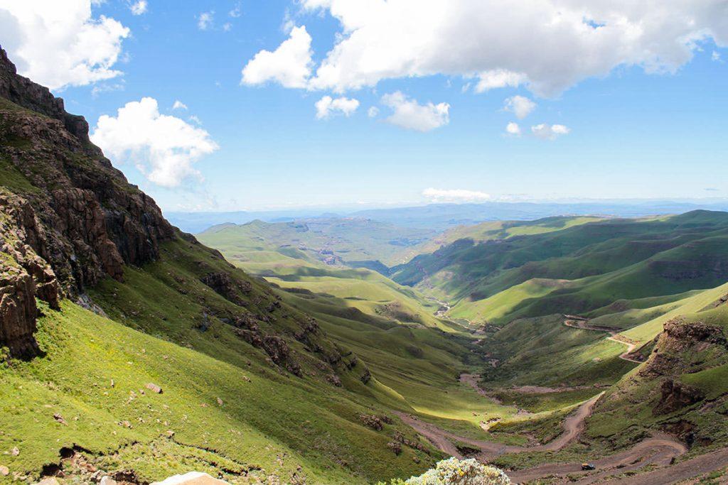 南アフリカからレソトへと続く峠道、サニパス