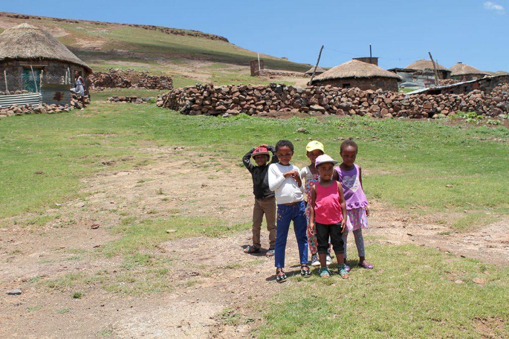 村を通ると集まってくる子どもたち